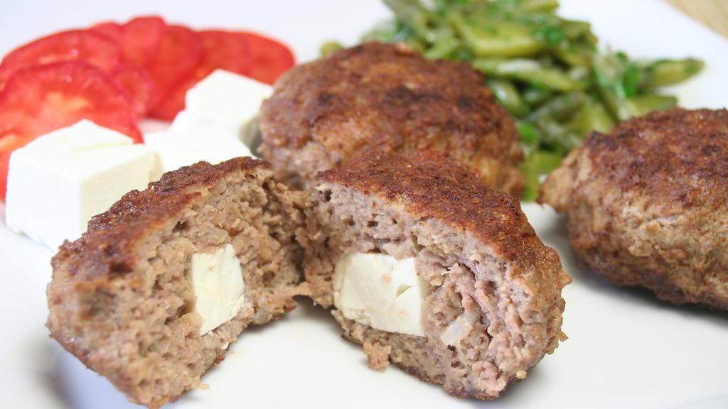 Leckere Bifteki - traditionell griechische Hackfleisch-Buletten - lassen sich ganz einfach zubereiten.