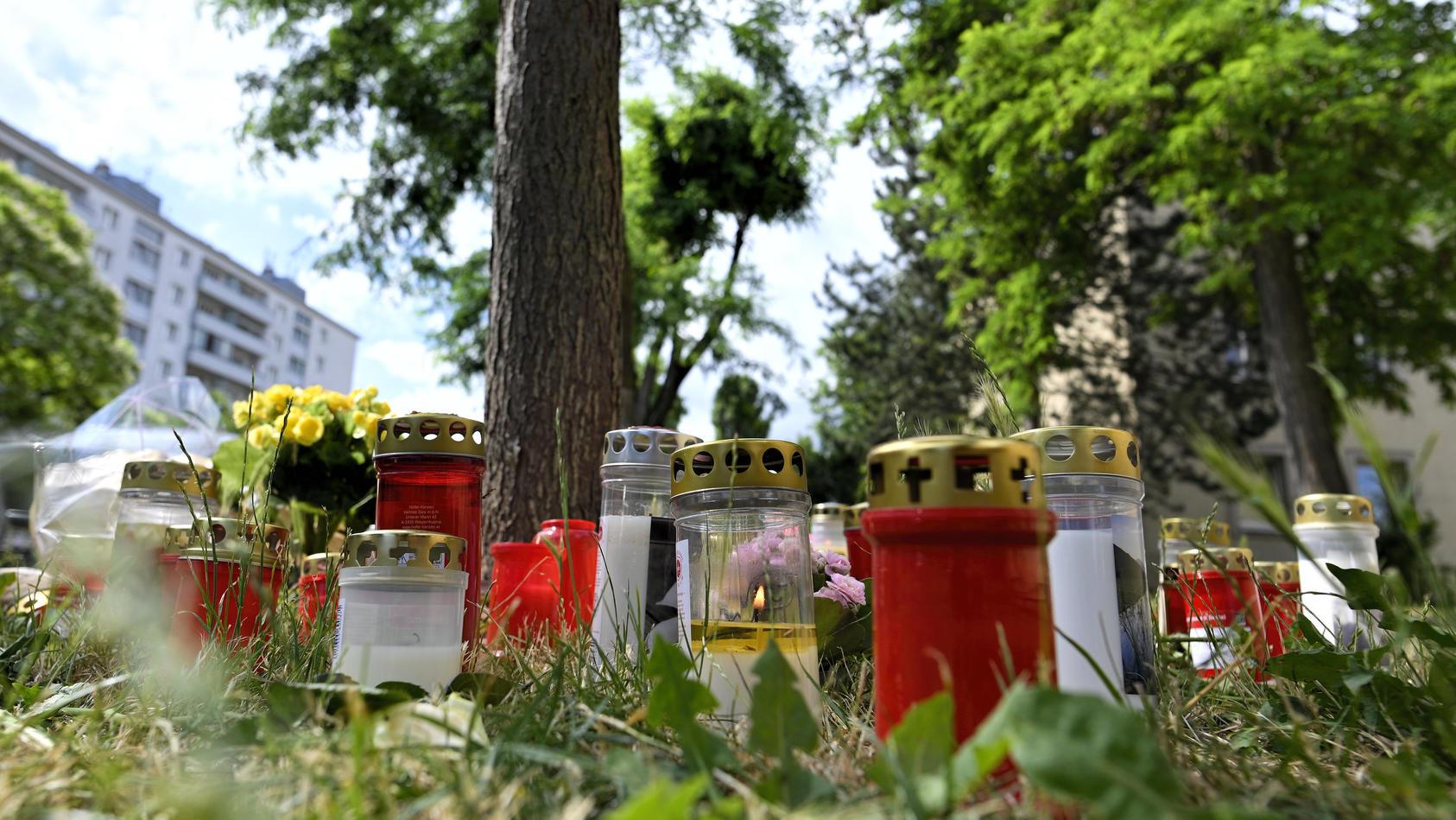 Nach Fund der Leiche einer 13-Jährigen in Wien stellen Trauernde Blumen und Kerzen auf.