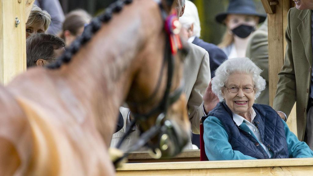 Beim Anblick der Pferde strahlt Queen Elizabeth