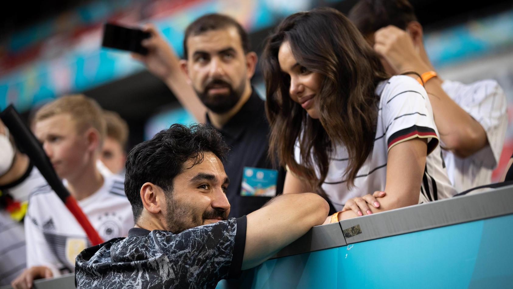 Ilay Gündogan im innigen Gespräch mit seiner neuen Liebe Sara Arfaoui.