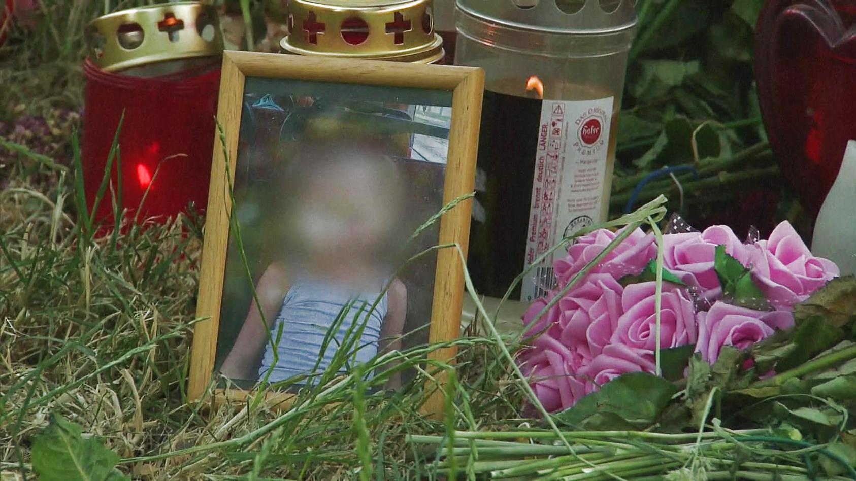 An dem Baum, an dem Passanten Leonies geschändeten Leichnam fanden, haben Menschen Blumen niedergelegt und Kerzen angezündet.