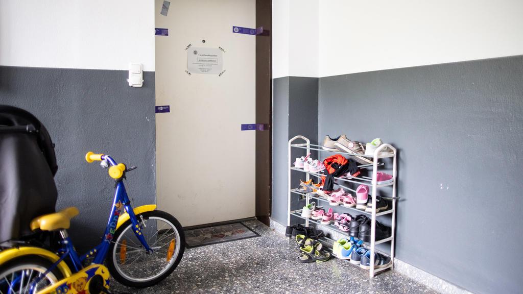 ARCHIV - 04.09.2020, Nordrhein-Westfalen, Solingen: Siegel der Polizei hängen an einer Wohnungstür in einem Wohnhaus. Im Prozess um den Mord an fünf Kindern in Solingen ist der Vater der Angeklagten als Zeuge geladen. Ob er erscheint und aussagt, ist