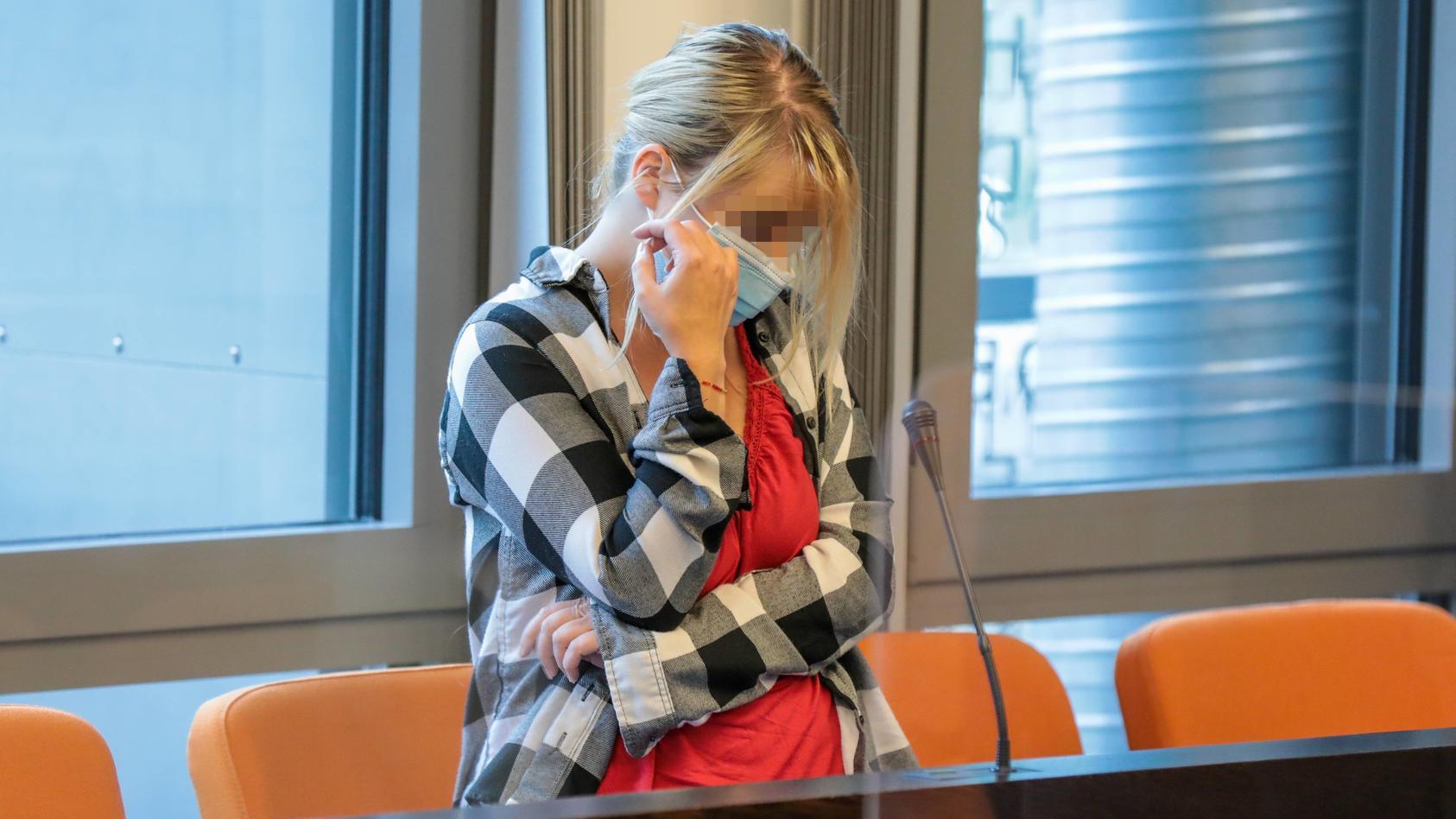Die Angeklagte Christiane K. muss sich wegen Mordes vor Gericht in Wuppertal verantworten.