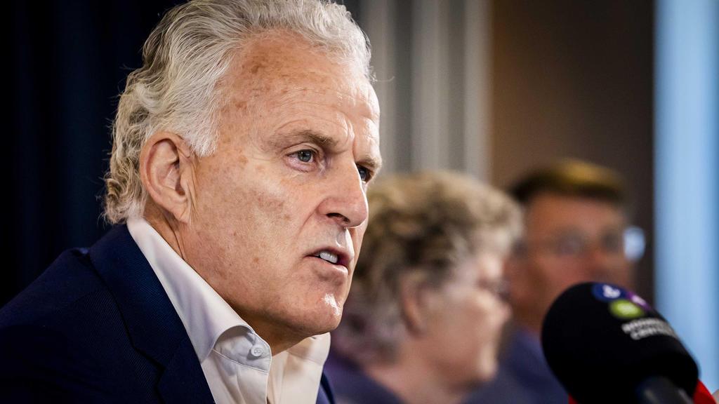 Kriminalreporter Peter R. de Vries spricht in Anwesenheit von Corrie und Adrie Groen vor der Presse über eine Reihe neuer Initiativen bei der Suche nach der seit 1993 vermissten Maastrichter Studentin Tanja Groen. (März 2021)