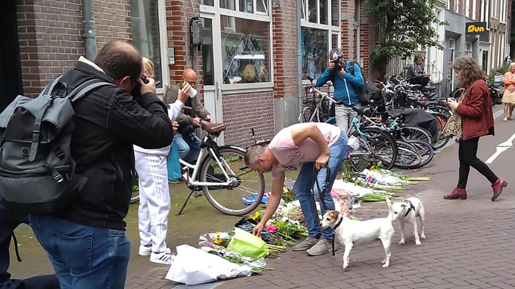 Menschen legen nach dem Angriff auf Starreporter  Peter R. de Vries Blumen nieder.