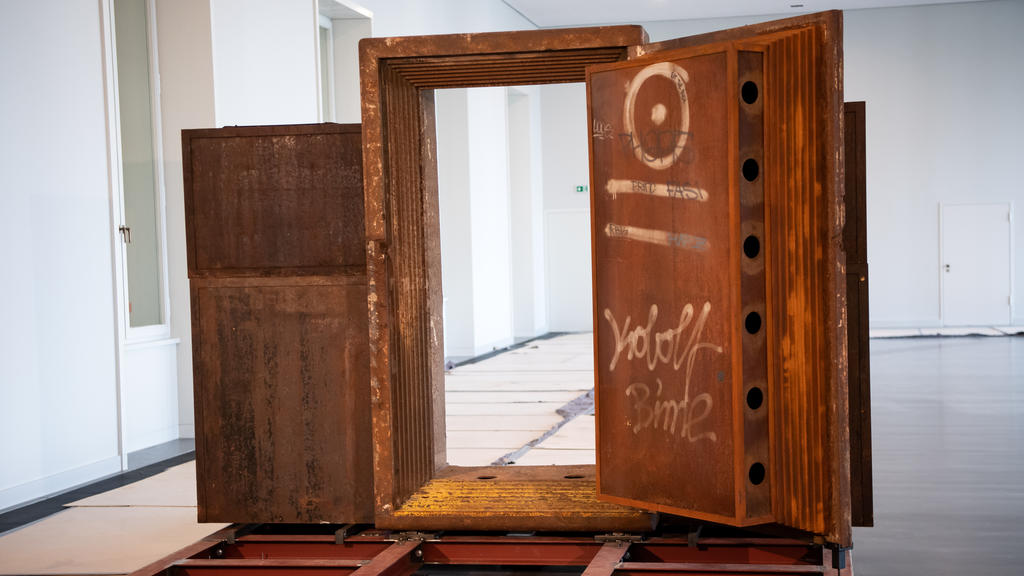 Die einstige Tür des Berliner Clubs Tresor im Humboldt Forum im Berliner Schloss