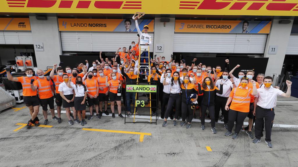 Formula 1 2021: Austrian GP RED BULL RING, AUSTRIA - JULY 04: Lando Norris, McLaren, 3rd position, Daniel Ricciardo, McLaren, Andreas Seidl, Team Principal, McLaren, and the McLaren team celebrate during the Austrian GP at Red Bull Ring on Sunday Ju