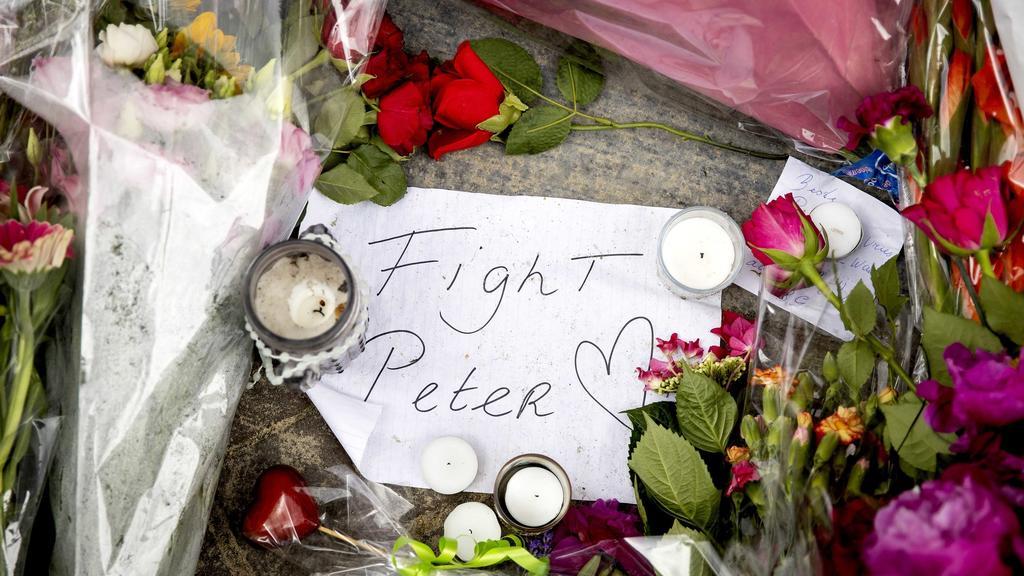 Anschlag auf Kriminalreporter in Amsterdam: Dort, wo Peter de Vries niedergeschossen wurde, haben Menschen Blumen niedergelegt. Zur Stunde ringt der 64-Jährige in einem Krankenhaus mit dem Tod.