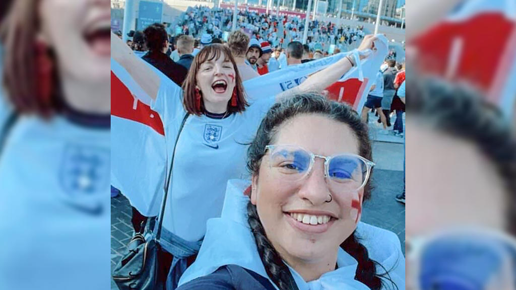 Nina Farooqi beim Spiel England gegen Dänemark, in voller Fan-Montur gemeinsam mit ihrer Freundin auf der Tribüne.