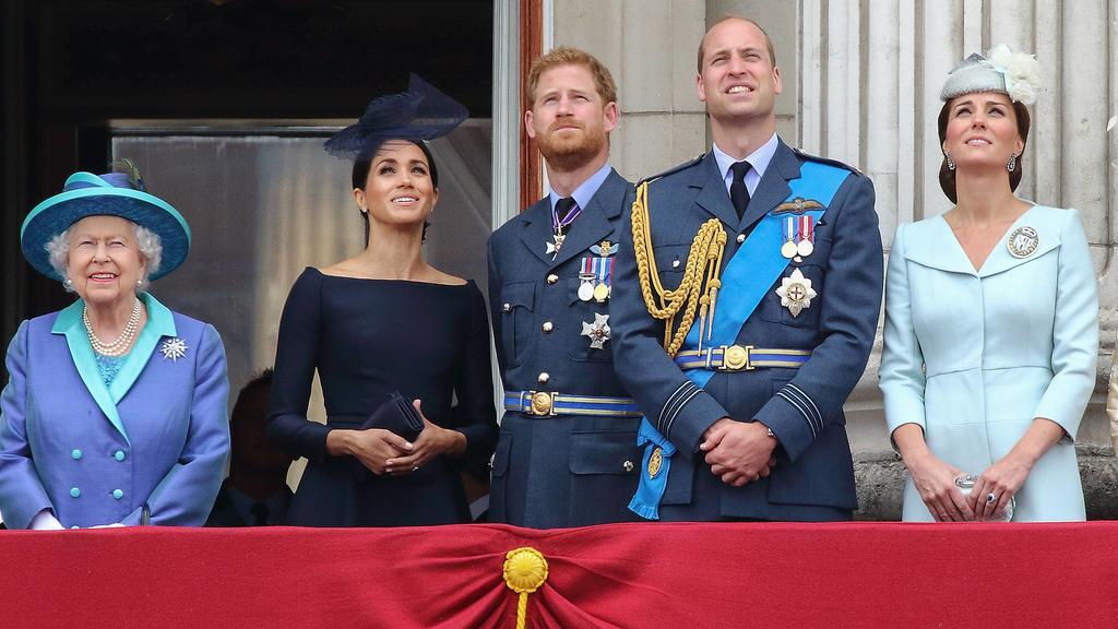 Queen Elizabeth II, Prinz Harry, Duke of Sussex und seine Ehefrau Meghan, Duchess of Sussex und Prinz William, Duke of Cambridge und seine Ehefrau Catherine, Duchess of Cambridge bei der Feier zum 100. Geburtstag der Royal Air Force am 10.07.2018 am