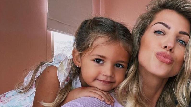 Mia Rose mit Mama Sarah Harrison.
