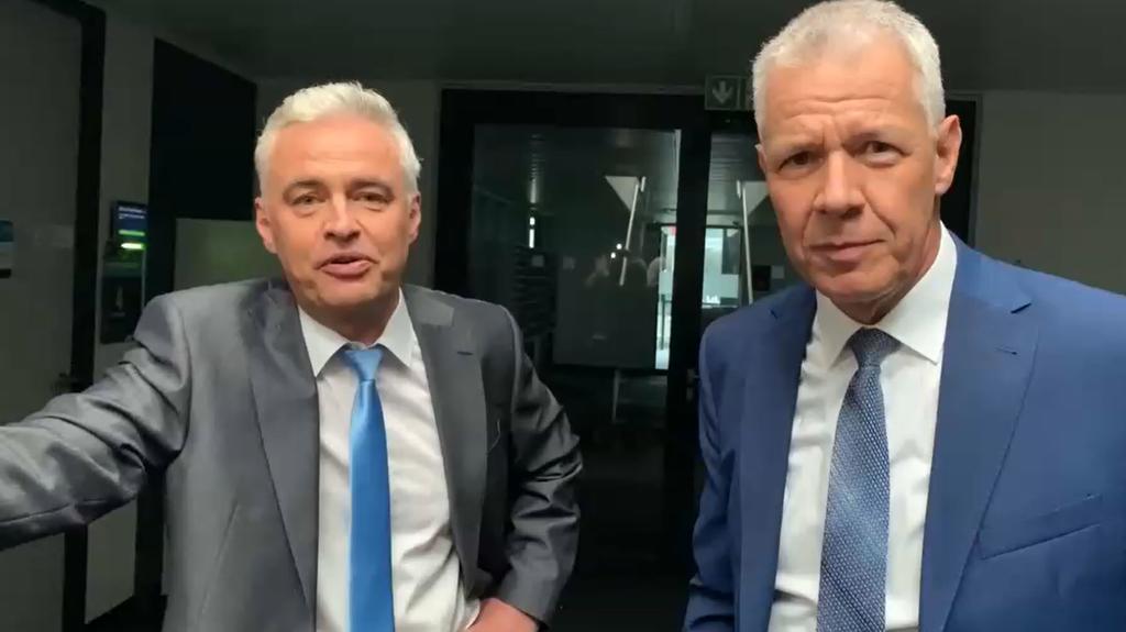 Andreas von Thien (l.) und Peter Kloeppel moderierten trotz Stromausfalls einfach weiter.