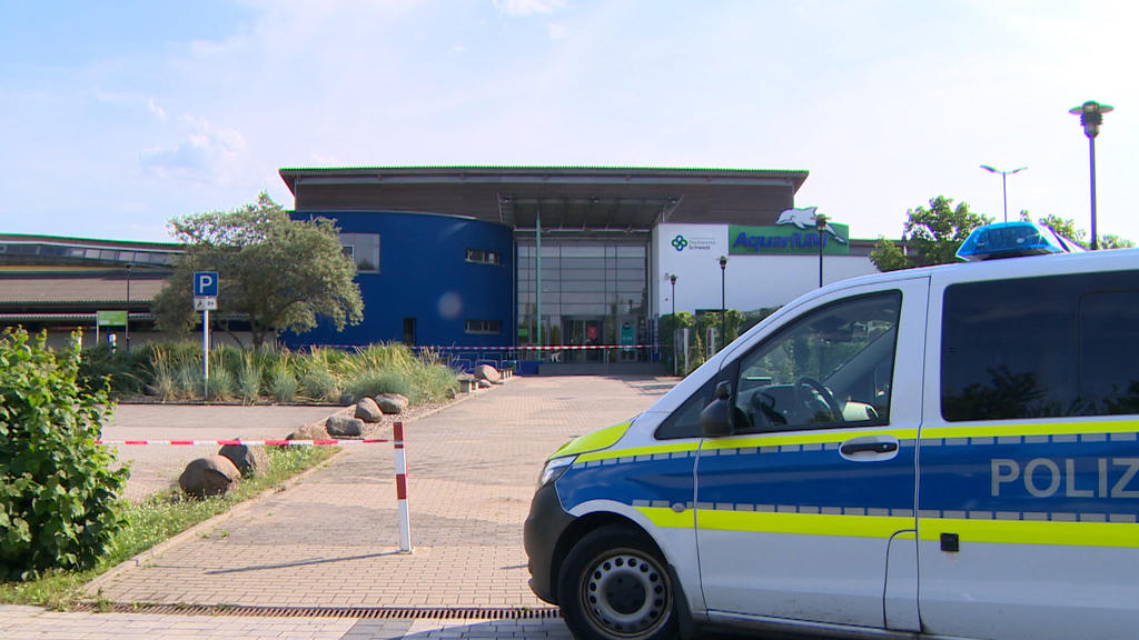 Die Polizei sperrte das Areal um das Schwimmbad ab.