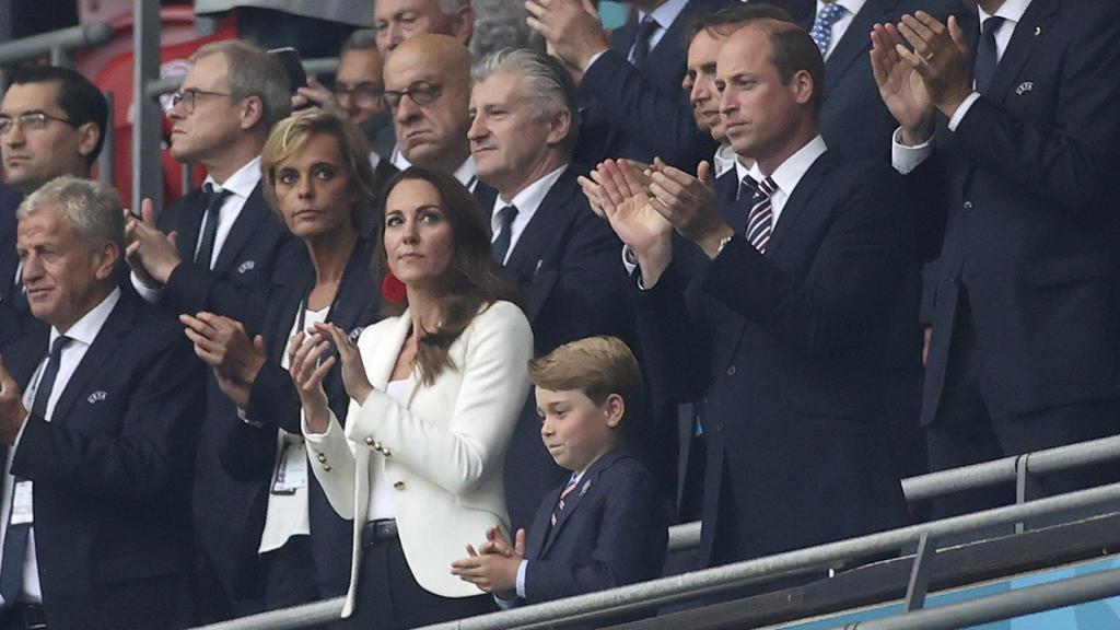 Herzogin Kate, Sohn George und Prinz William beim EM-Finale