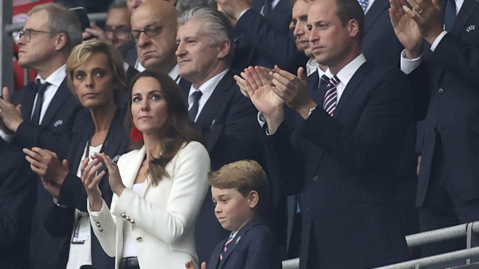 Die Royals fiebern im Stadion mit - vor allem Prinz George ist ganz gespannt und stolz.