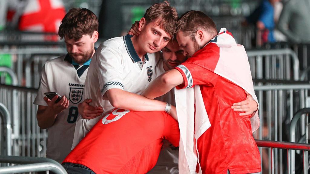 Englische Fans trösteten sich gegenseitig.