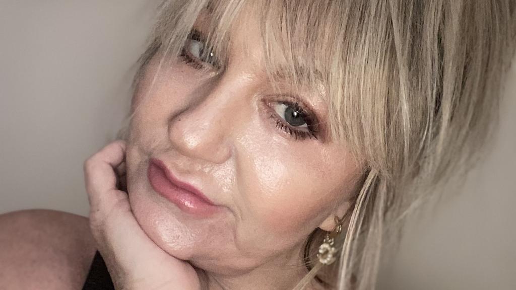 Heute ist die 51-jährige mit ihrem jugendlichen Aussehen sehr zufrieden und bereut die schmerzhafte Prozedur nicht.