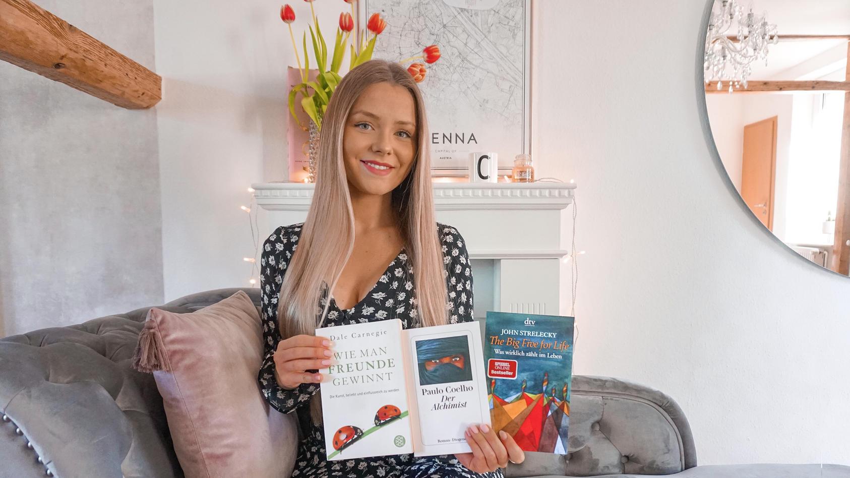 """Celine Nadolny stellt auf ihrem Instagram-Kanal """"BookofFinance"""" regelmäßig Finanz-Bücher vor"""