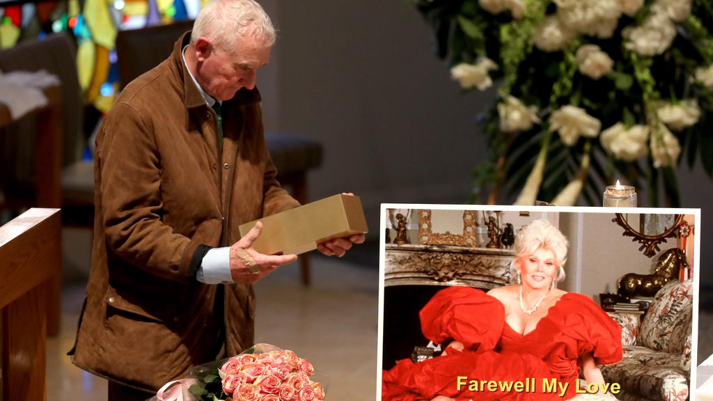 Frédéric Prinz von Anhalt verabschiedet sich von seiner verstorbenen Ehefrau bei der Trauerfeier im Dezember 2016.
