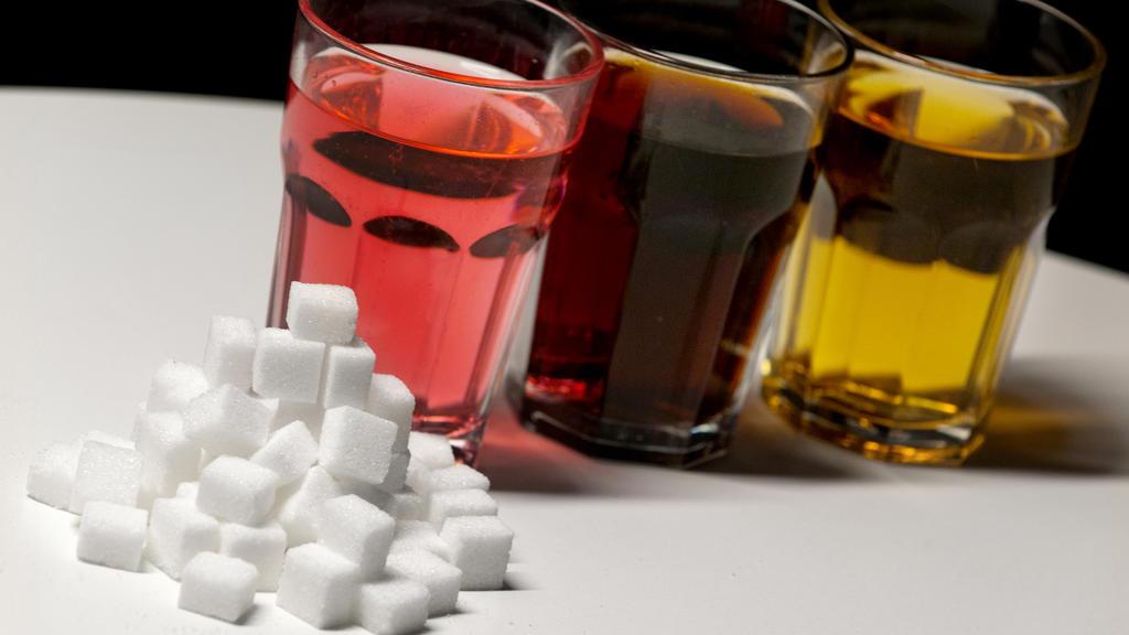 Ungefähr 35 Stück Würfelzucker sind in einem Liter Cola.
