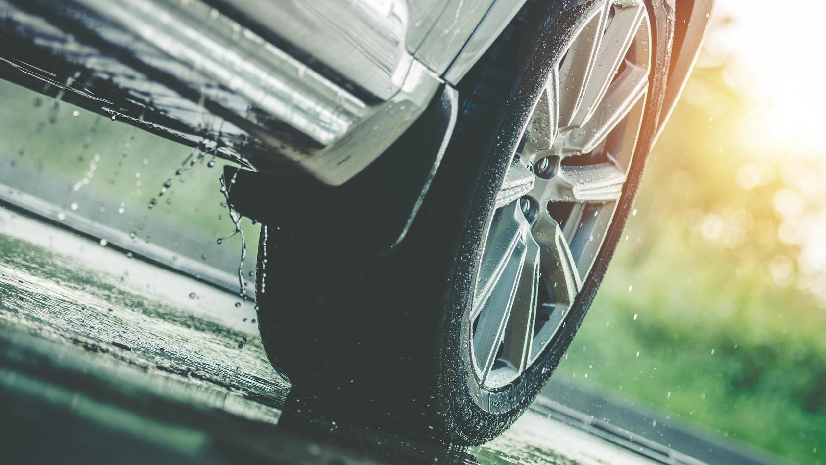 Grundsätzlich kann Aquaplaningauf allen Straßen mit erhöhtem Wasserstandauftreten. Überall dort, wo Regenwasser nicht richtig abfließt.