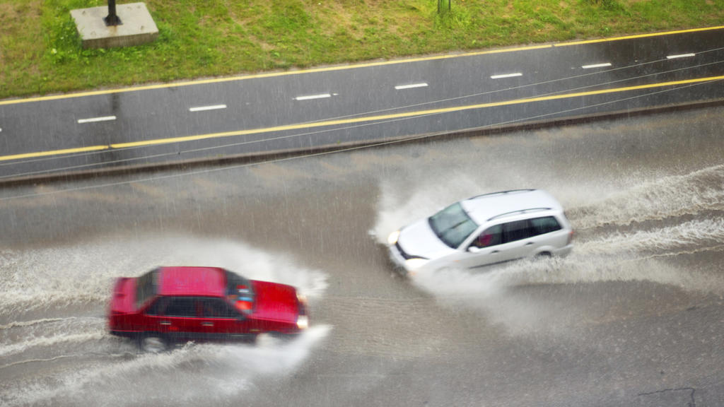 Bei Aquaplaning geraten Autos leicht außer Kontrolle.