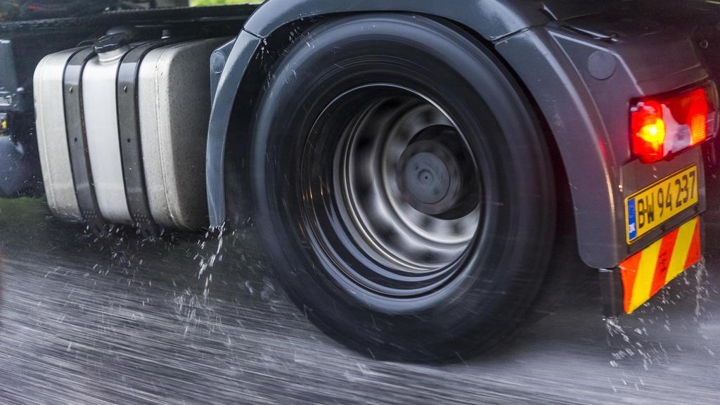 Aquaplaning: Diese Tipps helfen, um das Auto vorm Ausbrechen zu bewahren.