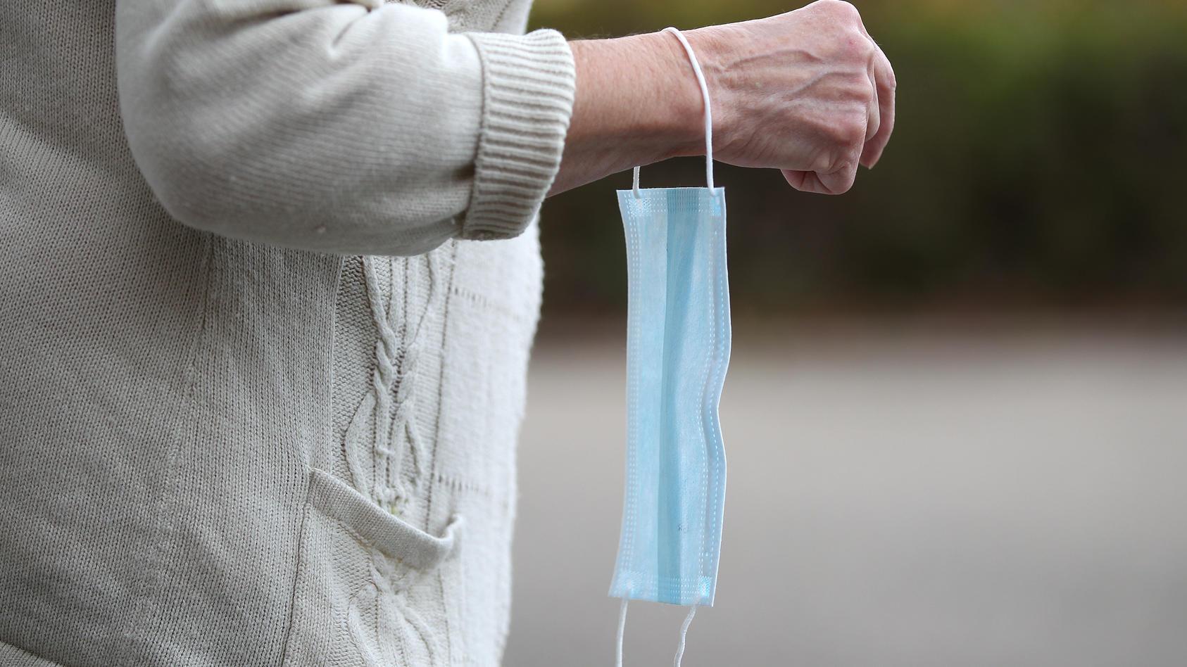Keinen Bock auf einen Mundschutz - eine ältere Dame biss wohl einen Polizisten, als er sich auf den fehlenden Schutz aufmerksam machte.