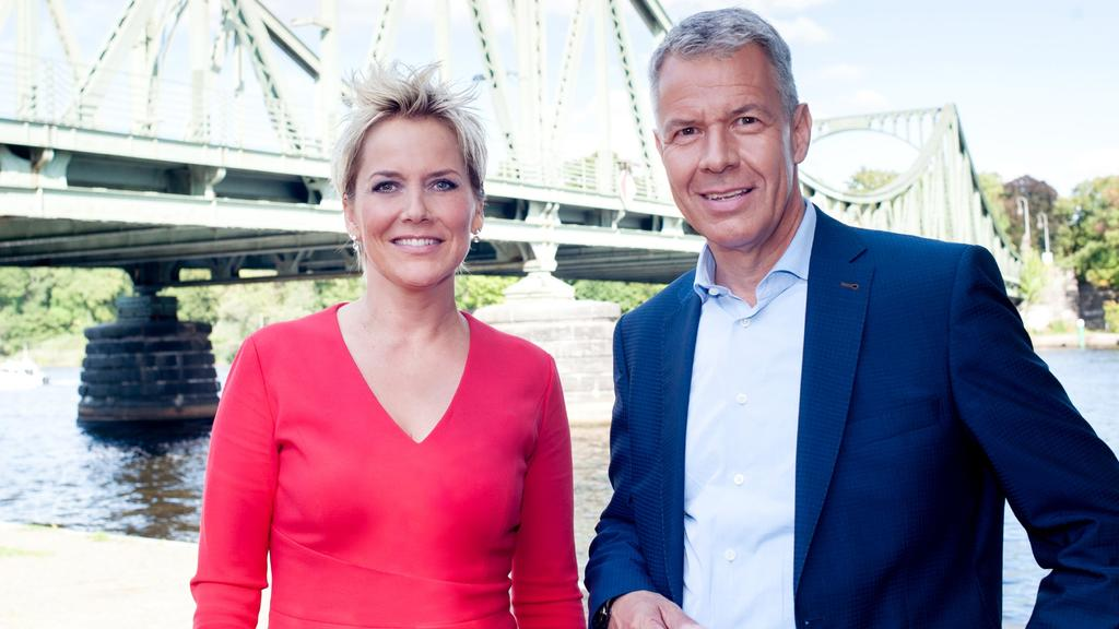 """Inka Bause und Peter Kloeppel führen durch den Themenabend """"Angela Merkel – ihr Weg, ihre Geheimnisse & ihre Zukunft""""."""