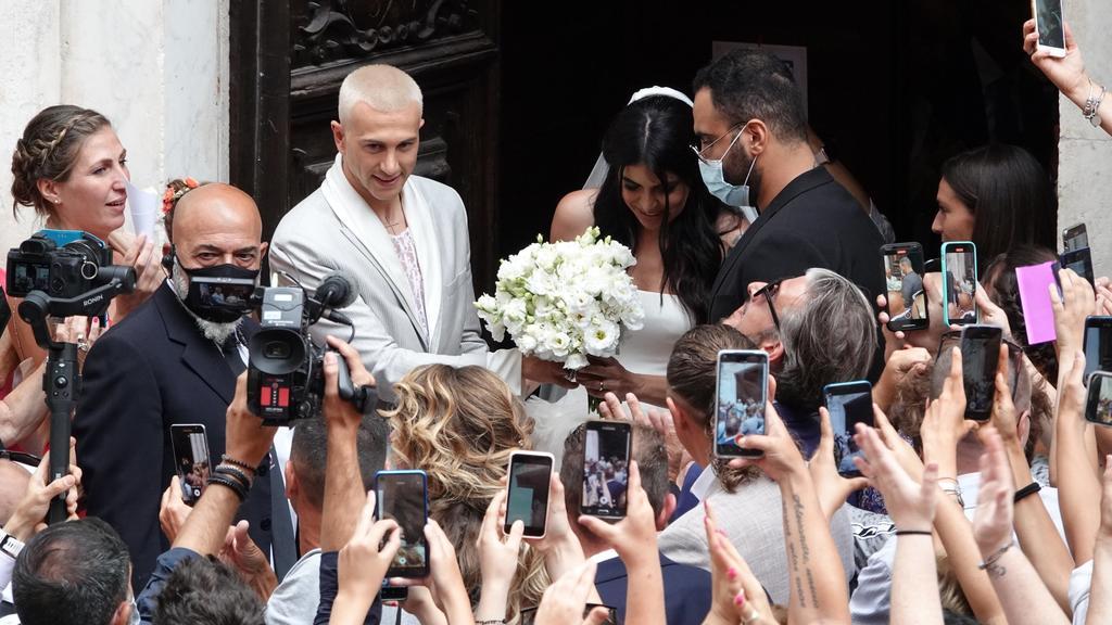 13.07.2021, Italien, Carrara: Federico Bernardeschi (3.v.l), Fußballer aus Italien, steht bei seiner Hochzeit neben der Braut Veronica Ciardi. Foto: Gianluca Moggi/LaPresse via ZUMA Press/dpa +++ dpa-Bildfunk +++