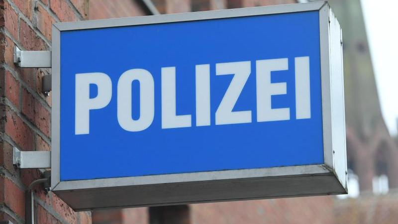 """Ein Schild mit dem Schriftzug """"Polizei"""" hängt an einer Polizeiwache. Foto: Stefan Sauer/dpa-Zentralbild/dpa/Symbolbild"""