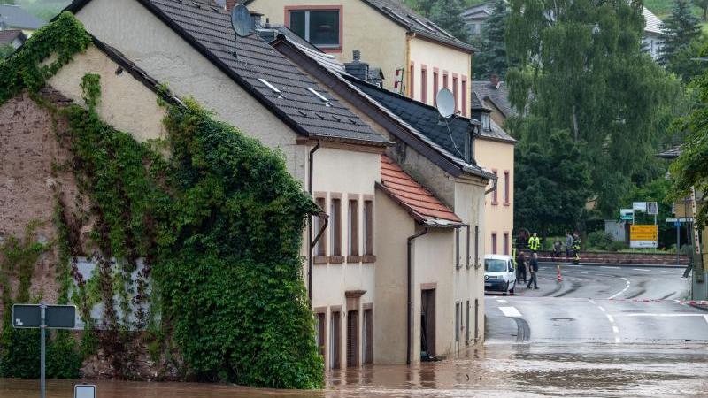 Die Kyll ist in Erdorf über die Ufer getreten: Besonders im Westen von Deutschland sorgen starke Regenfälle für Chaos. Foto: Harald Tittel/dpa