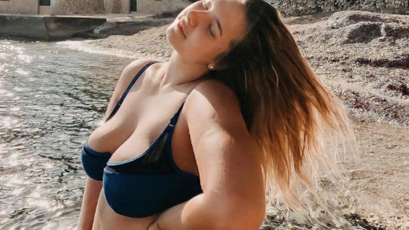 Joelina Karabas selbstbewusst am Strand.