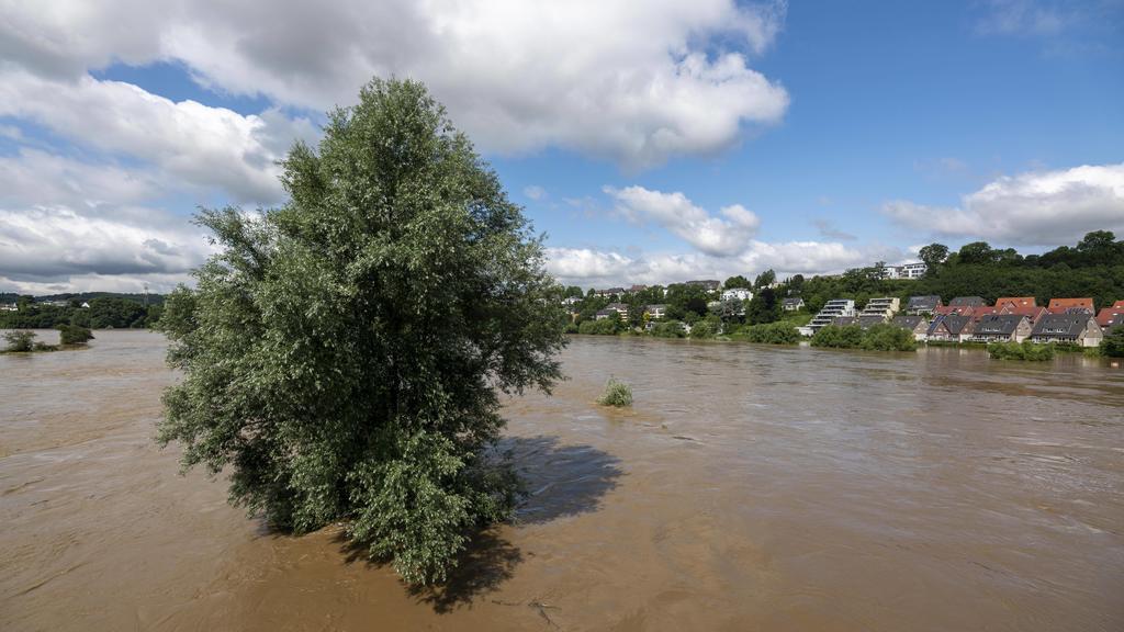 Hochwasser an der Ruhr, nach langen heftigen Regenfällen trat der Fluss aus dem Bett und überschwemmte die Landschaft und Ortschaften, der höchste Pegelstand, der je gemessen wurde, Hattingen, NRW, Deutschland Ruhr Hochwasser *** Flood at the Ruhr,