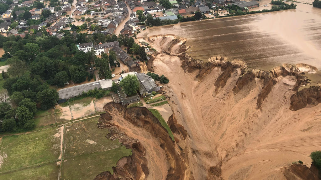 Hochwasser-katastrophe in Nordrhein-Westfalen: Wasser spült Wiesen und Felder weg.