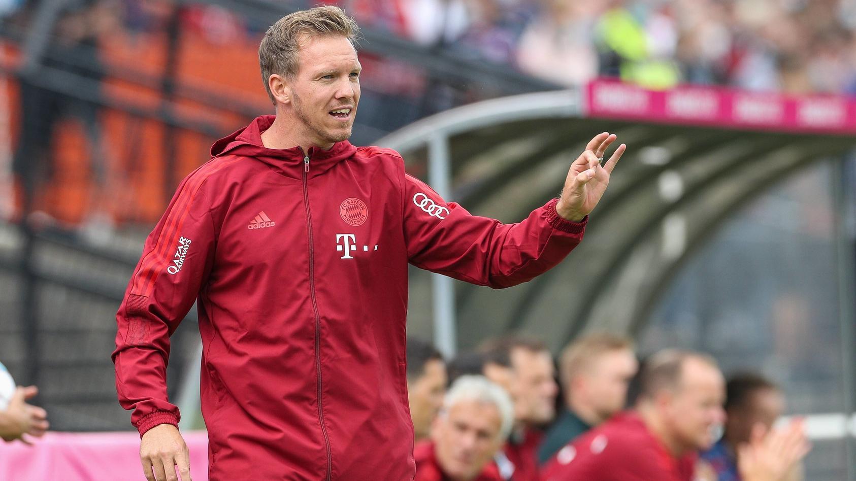 Chef-Trainer Julian Nagelsmann (FC Bayern Muenchen) gibt Anweisungen am Spielfeldrand, FC Bayern Muenchen vs. 1. FC Koe