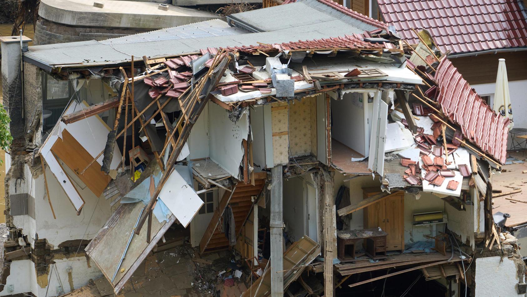 Rettungskräfte finden immer mehr Todesopfer im Hochwassergebiet.