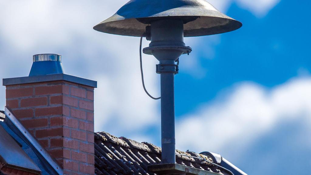 ARCHIV - 07.09.2020, Mecklenburg-Vorpommern, Lassahn: Eine Alarmsirene steht auf einem Hausdach. Vor den extremen Überschwemmungen im Westen Deutschlands ist nur ein Teil der Bevölkerung mit Sirenengeheul gewarnt worden. (zu dpa «Bei Sirenen fehlt bu