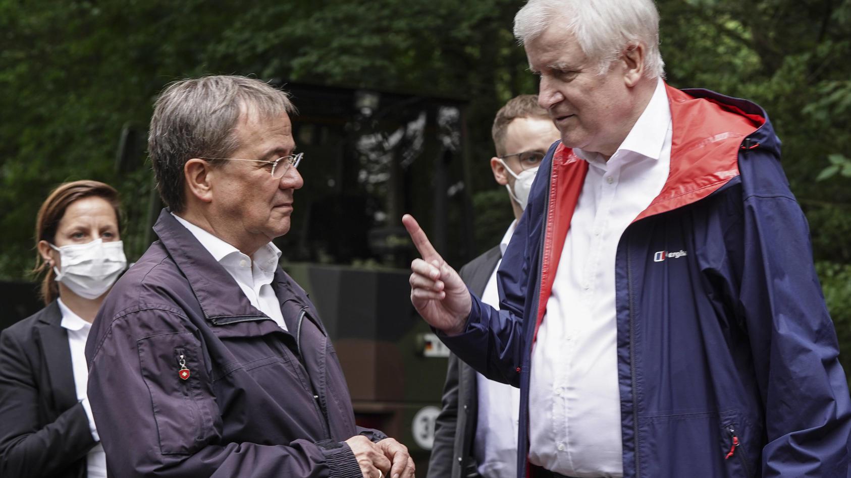 Armin Laschet und Horst Seehofer (rechts) im Gespräch.