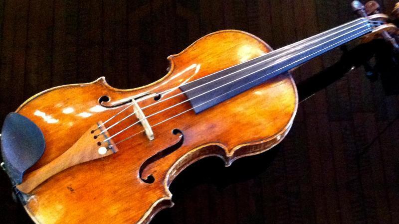 Eine Geige wurde im Zug vergessen.