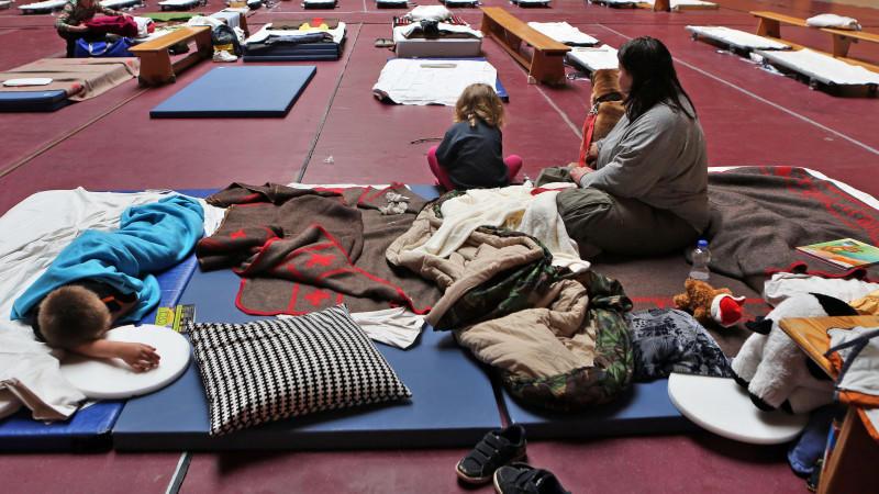 Nach der Hochwasser-Katastrophe leben viele Menschen auf engem Raum in Notunterkünften zusammen. (Symbolbild)