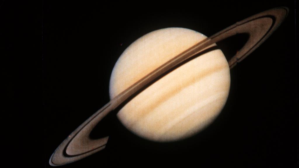 Der Saturn mit seinen Ringen, von der Sonde Voyager 1 der US-Raumfahrtbehörde NASA am 18. Oktober 1980 übermittelt. Der Planet Saturn ist der zweitgrößte Planat im Sonnensystem. Er besteht aus Wasserstoff und Helium und hat von allen Planeten die ger