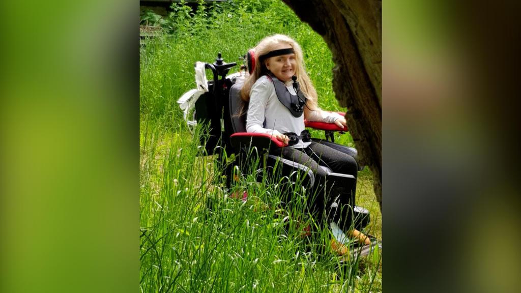 Zoe liebt die Natur und will in Zukunft mit einem Outdoor-Rollstuhl den Bayrischen Wald erkunden.