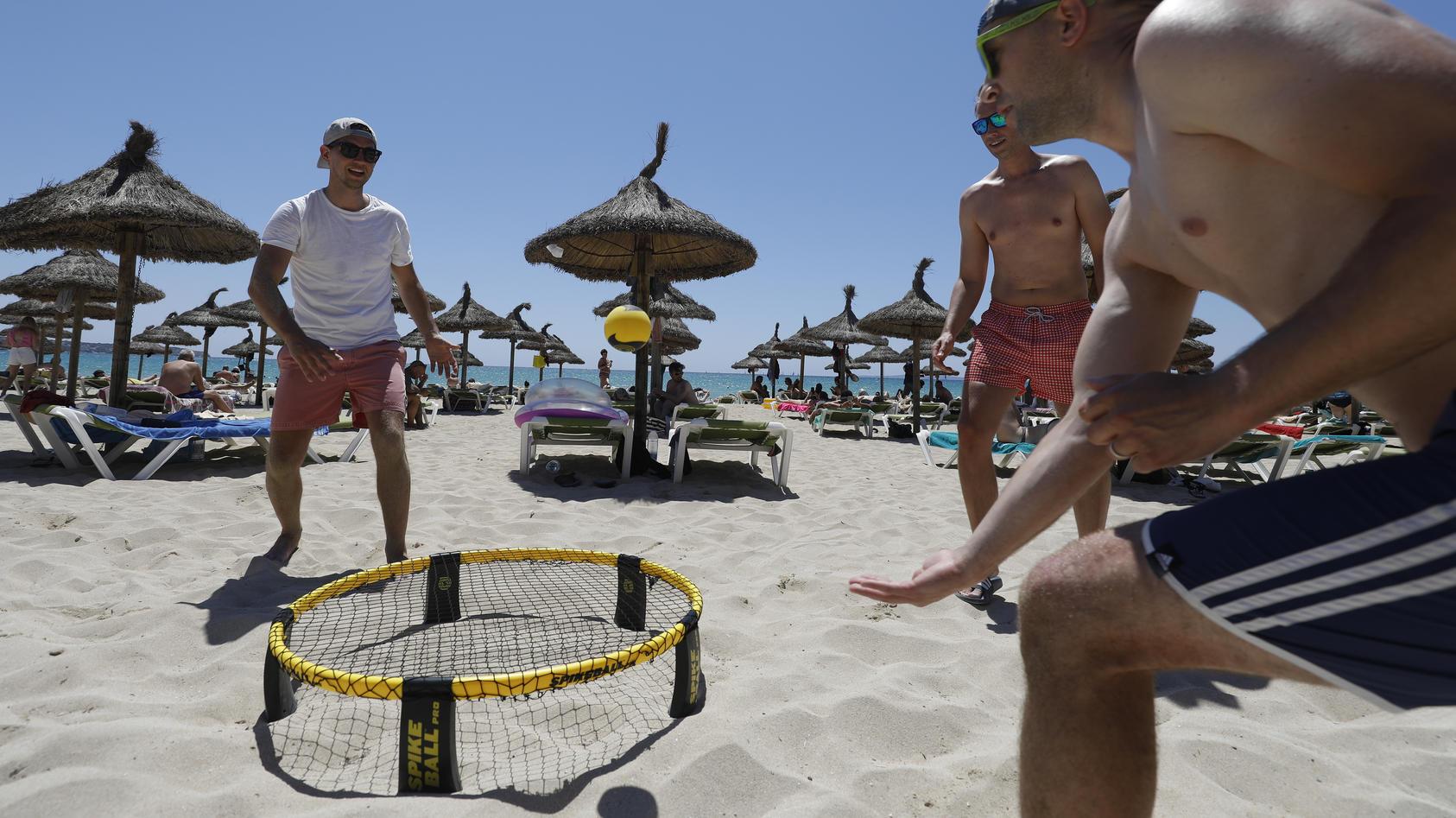 Spikeball ist ein lustiger Zeitvertreib, der am Strand genauso viel Spaß macht wie im Park.