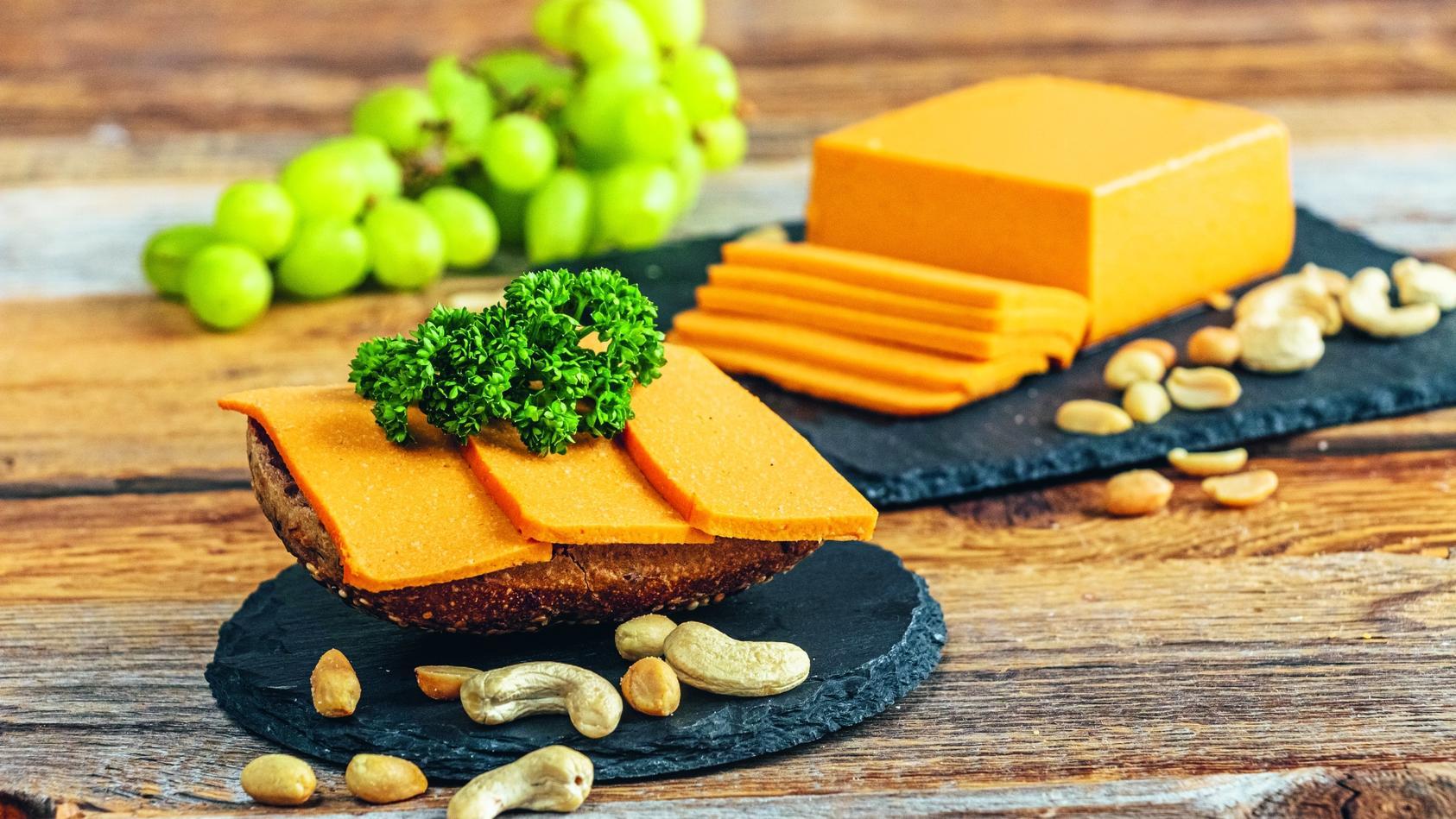 Für Käse benötigen Sie nicht zwangsläufig Milch: Aus Nüssen können Sie ganz einfach eine leckere, vegane Alternative herstellen.