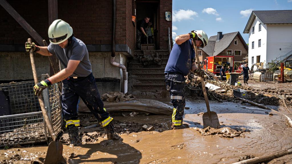Aufräumarbeiten nach dem Hochwasser Bewohner und Feuerwehr tragen Schlamm in der Stadt Marienthal ab. Am 14.07.2021 kam es im Landkreis Ahrweiler zu starken Überflutungen durch Starkregen. Tage nach dem Hochwasser liefen Aufräumarbeiten an. Bundeswe