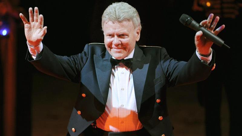 Circusdirektor Gerd Siemoneit-Barum winkt nach der letzten Vorstellung seines Circus dem Publikum zu.