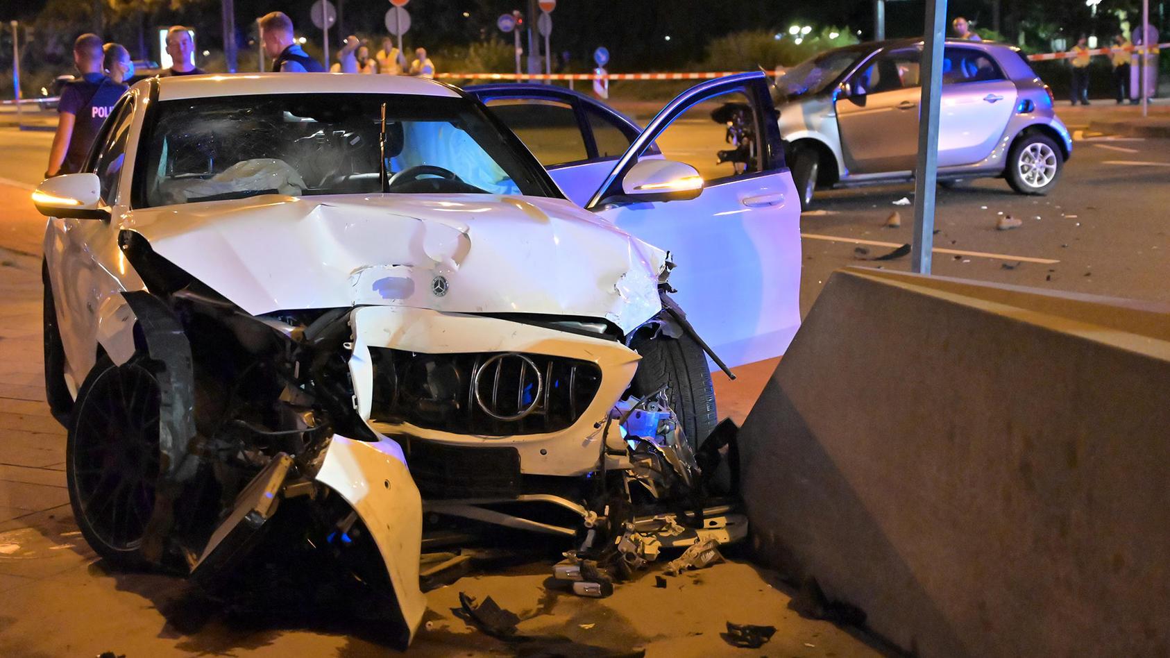 Die beiden Unfallautos nach dem Crash in der Frankfurter Innenstadt