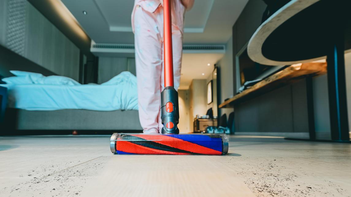 Mit dem richtigen Staubsauger ist der Teppich in Rekordzeit sauber. Die Stiftung Warentest zeigt, welche Staubsauger 2021 zu empfehlen sind.