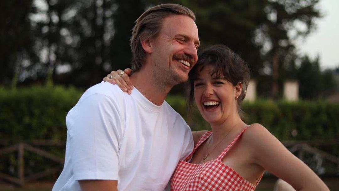 Sebastian Tigges und Marie Nasemann freuen sich sichtlich auf ihr zweites Baby.